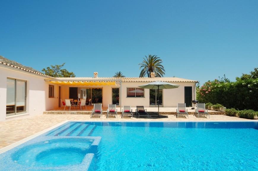 villa cristal holiday villa in pollensa mallorca majorca. Black Bedroom Furniture Sets. Home Design Ideas